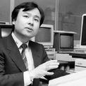 <p> Sau đó, ông theo học ngành khoa học máy tính và kinh tế của trường Đại học California tại Berkeley. Trước năm 21 tuổi, Son đã bán công ty đầu tiên với sản phẩm là máy phiên dịch đa ngôn ngữ cho Sharp với giá khoảng 1 triệu USD. (Ảnh:<em>Getty Images</em>)</p>