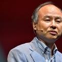 """<p class=""""Normal""""> Masayoshi Son từng bị giới truyền thông Nhật Bản gọi là """"tỷ phú đen đủi nhất thế giới"""". Ông trải qua quãng thời gian đầy u ám khi giá trị vốn hóa của Softbank từ 180 tỷ USD giảm xuống còn 2,5 tỷ USD do thị trường chứng khoán giảm mạnh. Các khoản đầu tư hàng trăm triệu USD của tập đoàn vào các công ty khác như Alibaba, Nippon xuống giá vài chục triệu USD. (Ảnh: <em>Getty Image</em>s)</p>"""