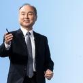 """<p> Sau nhiều thất bại liên tiếp, Son không bỏ cuộc, ông vẫn tiếp tục các thương vụ đầu tư mới. Năm 2006, SoftBank mua lại bộ phận điện thoại di động của Vodafone và đặt ra kế hoạch vượt mặt gã khổng lồ DoCoMo của Nhật trong vòng 10 năm. Chỉ sau đó một năm, SoftBank là công ty đầu tiên bán iPhone tại Nhật giúp lượng thuê bao tăng lên nhanh chóng. (Ảnh:<em style=""""color:rgb(0,0,0);"""">Getty Image</em><span style=""""color:rgb(0,0,0);"""">s)</span></p>"""