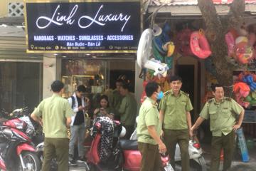 Gần 2.400 sản phẩm nghi giả mạo Chanel, Gucci, LV... bị thu giữ tại Hà Nội