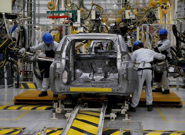 Một nhà máy lắp ráp xe hơi tại Tây Java, Indonesia - Ảnh: REUTERS