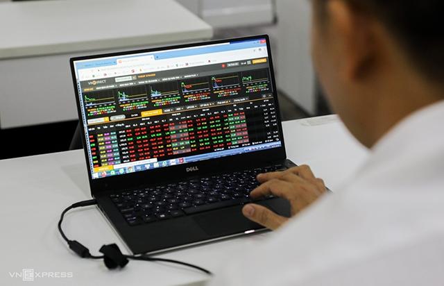 Nhà đầu tư giao dịch trực tuyến tại một công ty chứng khoán. Ảnh: Quỳnh Trần.