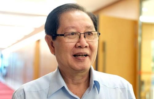Bộ trưởng Nội vụ Lê Vĩnh Tân bên hành lang Quốc hội sáng 22/5.
