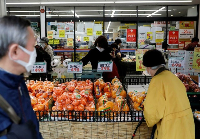 Người mua hàng tại một siêu thị ở Tokyo (Nhật Bản) hồi tháng 3. Ảnh: Reuters