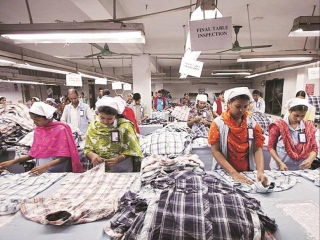 Phần lớn lực lượng lao động trong ngành may là nữ. Ảnh: Business Standard.