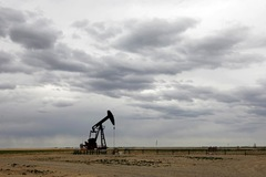 Hoài nghi về lực cầu năng lượng, giá dầu giảm