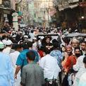 <p> Người dân Ấn Độ đổ xuống đường vào ngày 22/5, trước lễ Eid al-Fitr, sau khi chính phủ gỡ bỏ một số biện pháp hạn chế. Tuy nhiên, lệnh phong tỏa toàn quốc tiếp tục được gia hạn tới ngày 31/5 để ngăn dịch Covid-19. Ảnh: <em>Reuters</em>.</p>