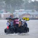 """<p class=""""Normal""""> Người dân đi thuyền vượt qua một con sông ở Dacope, Bangladesh để tới khu vực cao hơn trước khi Bão Amphan đổ bộ vào ngày 20/5. Bão Amphan đã đổ bộ vào Bangladesh và India, khiến hàng nghìn căn nhà, cây cối đổ nát, một số khu vực bị mất điện hoặc liên lạc. Đây là cơn bão mạnh nhất từng xảy ra ở Vịnh Bengal. Ảnh: <em>Zuma</em>.</p>"""