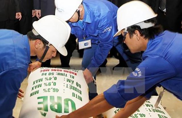 Bốc xếp sản phẩm urê của Nhà máy đạm Ninh Bình. Nguồn: TTXVN