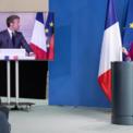 <p> Tổng thống Pháp Emmanuel Macron (trên màn hình) và Thủ tướng Đức Angela Merkel trong cuộc họp báo về khủng hoảng Covid-19 vào ngày 18/5. Hai quốc gia này đề xuất thành lập quỹ phục hồi trị giá 500 try euro (543 tỷ USD) để giúp phục hồi các quốc gia thuộc Liên minh châu Âu cũng như những ngành bị ảnh hưởng nặng nề nhất bởi dịch Covid-19. Ảnh: <em>Getty Images.</em></p>