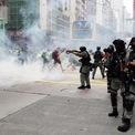 """<p class=""""Normal""""> Cảnh sát chống bạo động Hong Kong bắn hơi cay vào người biểu tình tại nút giao giữa đường Hennessy và đường Percival trong ngày 24/5. Từ sau khi có thông tin về dự luật an ninh mới, hàng nghìn người Hong Kong tiếp tục xuống đường biểu tình sau vài tháng ngừng lại vì dịch Covid-19.<br /><br /><span>Các nghị sĩ ủng hộ dân chủ ở Hong Kong chỉ trích mạnh mẽ dự luật này, nói rằng nó đi ngược lại mô hình """"một quốc gia, hai chế độ"""". Trong khi đó, Bắc Kinh khẳng định dự luật trên thực tế củng cố nguyên tắc """"một quốc gia, hai chế độ"""", phục vụ lợi ích và hỗ trợ Hong Kong phát triển. Ảnh: <em>SCMP</em>.</span></p>"""
