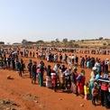 <p> Khoảng 11.000 gia đình xếp hàng đợi nhận thực phẩm hỗ trợ gần vùng ngoại ô Laudium, Pretoria, Nam Phi vào ngày 20/5. Hàng người này dài tới vài km, trong đó có một số người tới từ 4h sáng. Theo các nhân viên hỗ trợ, hơn một nửa trong số người này là dân di cư. Nam Phi đã chuẩn bị nguồn lực khổng lồ để đảm bảo người nghèo không bị đói khát trong mùa dịch Covid-19. Ảnh: <em>Reuters</em>.</p>