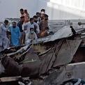 <p> Những mảnh vỡ còn sót lại của chiếc máy bay chở 107 người đâm xuống khu vực dân cư ở thành phố cảng Karachi, Pakistan vào ngày 22/5. Chiếc máy bay Airbus A320 trên thuộc sở hữu của hãng hàng không quốc tế Pakistan PIA, cất cánh từ Lahore để tới sân bay quốc tế Jinnah, một trong những sân bay tấp nập nhất ở Pakistan. Chỉ có 2 hành khách may mắn thoát chết. Ảnh: <em>Reuters</em>.</p>