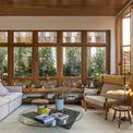 <p> Những khung gỗ lớn tạo thành chiếc khung lớn, cho phép ánh sáng tự nhiên và khu vườn tràn vào phòng thông qua hệ thống cửa gỗ trượt được làm thủ công.</p>