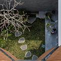 <p> Khoảng sân bình yên ở tầng 1 có thể dễ dàng quan sát từ tầng 2 và tầng 3 của ngôi nhà.</p>