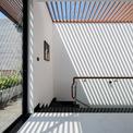 <p> Ngôi nhà rộng, nhiều phòng nhưng phần lớn không gian đều đón được ánh sáng tự nhiên nhờ giếng trời làm bằng kính và bề mặt gỗ trên tầng thượng.</p>