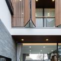 <p> Màu sắc chính của ngôi nhà là màu trắng và gỗ nâu mang đến cảm giác ấm áp và tinh tế. Thiết kế ưu tiên sử dụng bề mặt gỗ, đá và kính để tạo cảm giác thoải mái.</p>