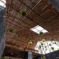 <p> Trên cùng của tấm lợp polycarbonate trong suốt là vòi phun nước và phun sương để rửa mái nhà, giữ mát vào những ngày hè nóng bức.</p>