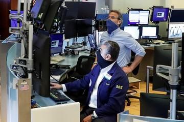 Phố Wall tiếp tục đi lên, S&P 500 lần đầu vượt 3.000 điểm kể từ tháng 3