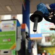 Giá xăng tăng gần 900 đồng/lít