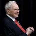 """<p class=""""Normal""""> <strong>Warren Buffett</strong></p> <p class=""""Normal""""> Tuổi: 89</p> <p class=""""Normal""""> Vai trò đáng chú ý: Thành viên HĐQT của Berkshire (1965 - nay); Chủ tịch và CEO Berkshire (1970 - nay); thành viên HĐQT của Coca-Cola (1989 - 2006). (Ảnh: <em>Reuters</em>)</p>"""