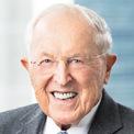 """<p class=""""Normal""""> <strong>David """"Sandy"""" Gottesman</strong></p> <p class=""""Normal""""> Tuổi: 93</p> <p class=""""Normal""""> Vai trò đáng chú ý: Thành viên HĐQT Berkshire (2004 - nay); CEO First Manhattan (2006 - 2019).</p> <p class=""""Normal""""> Điểm đặc biệt: Trở thành tỷ phú nhờ một thương vụ đầu tư sớm vào Berkshire. (Ảnh: <em>Foundation Guide</em>)</p>"""