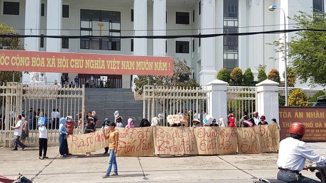 Hàng trăm người dân mua đất tại các dự án của CTCP Bách Đạt An làm chủ đầu tư đã căng băng rôn phản đối, cầu cứu trước cổng TAND TP. Đà Nẵng. Ảnh: Văn Dũng