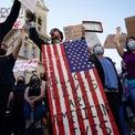 """<p> Người dân Mỹ tại Louisville, Kentucky đeo khẩu trang, xuống đường để biểu tình vào ngày 29/5. Làn sóng biểu tình với khẩu hiệu """"Tôi không thể thở"""" bắt nguồn từ thành phố Minneapolis, bang Minnesota, sau khi George Floyd, một người đàn ông da màu tại đây, thiệt mạng khi bị cảnh sát ghì đầu gối lên gáy. Ít nhất 25 thành phố tại 16 bang ở Mỹ đã áp đặt lệnh giới nghiêm kiểm soát tình trạng bạo động vì ở nhiều nơi, biểu tình biến thành các cuộc đụng độ giữa cảnh sát và người dân hoặc người dân đốt phá các cơ sở vật chất. Ảnh: <em>Reuters</em>.</p>"""