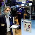 <p> Các nhân viên giao dịch đeo khẩu trang tại Sàn giao dịch Chứng khoán New York trong ngày mở cửa trở lại 26/5 sau hai tháng đóng cửa. Tuy nhiên, chỉ khoảng 1/4 số thành viên giao dịch tại sàn trước đây được trở lại làm việc trong thời gian trước mắt. Theo tờ Wall Street Journal số ra ngày 25/5, để được trở lại làm việc, những người giao dịch tại sàn này phải ký thỏa thuận miễn trừ trách nhiệm, rằng họ không có quyền kiện NYSE nếu bị nhiễm Covid-19 tại nơi làm việc. Ảnh: <em>Reuters</em>.</p>