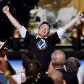 <p> CEO của SpaceX Elon Musk ăn mừng buổi phóng thành công tàu vũ trụ Crew Dragon vào ngày 30/5. Theo đó, SpaceX trở thành công ty tư nhân đầu tiên đưa phi hành gia lên Trạm không gian quốc tế (ISS). Trang Motley Fool ước tính SpaceX kiếm được 1,3 tỷ USD mỗi năm từ hoạt động phóng vệ tinh lên quỹ đạo Trái Đất. Ảnh: <em>Reuters</em>.</p>