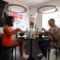 """<p class=""""Normal""""> Một cặp đôi ăn trưa với Plex'Eat nhà hàng H.A.N.D tại Paris vào ngày 27/5. Nhà thiết kế người Pháp Christophe Gernigon đã tạo ra Plex'Eat, một tấm mica hình trụ được treo trên trần nhà nhằm giúp ngăn chặn sự lây lan của Covid-19 khi thành phố này nới lỏng lệnh phong tỏa. Ảnh: <em>Getty Images.</em></p>"""