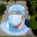 <p> Họa sĩ Jorge Rodriguez-Gerada vẽ chân dung của một nhân viên y tế tại bãi đậu xe gần Công viên Flushing Meadows Corona, New York vào ngày 27/5. Bức chân dung được lấy cảm hứng từ Ydelfonso Decoo, một bác sĩ nhập cư qua đời vì Covid-19 khi đang phục vụ các cộng đồng da màu bị nhiễm nCoV. Ảnh: <em>AP</em>.</p>