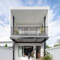 <p> Ngôi nhà ống 2 tầng ở Thái Lan được xây dựng trên khu đất có diện tích 140 m2. Chủ nhà là cặp vợ chồng trẻ tuổi, mong muốn xây dựng một không gian sống thoải mái với cây xanh và thú cưng.</p>