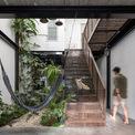 <p> Tầng 1 được dành trọn vẹn cho không gian sinh hoạt chung. Sau phòng khách là khu vườn nhỏ, cũng là giếng trời đón ánh sáng tự nhiên, cầu thang và sau cùng là khu bếp.</p>