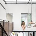 <p> Lối thiết kế mới giúp cho toàn bộ ngôi nhà có sự kết nối, xuyên suốt với nhau. Ngôi nhà nhiệt đới này thoáng khí và có khả năng tự làm mát thông qua các cửa mở rộng phía trước cùng các hàng lỗ thông hơi đúc sẵn được bố trí ngẫu nhiên trên tường phía sau.</p>
