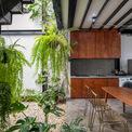 <p> Bếp và bàn ăn được thiết kế mở, gần gũi với thiên nhiên.</p>