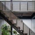<p> Cầu thang được làm với chất liệu tiết kiệm.</p>