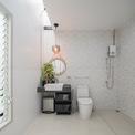 <p> Phòng tắm rộng rãi được bố trí bên cạnh giếng trời.</p>
