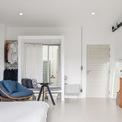 <p> Giống với các không gian khác trong nhà, phòng ngủ được thiết kế và bài trí đơn giản, ngăn nắp.</p>