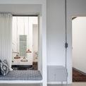 <p> Tầng 2 gồm 2 phòng ngủ và một phòng tắm. Không gian thoáng mát với tone màu trắng chủ đạo.</p>