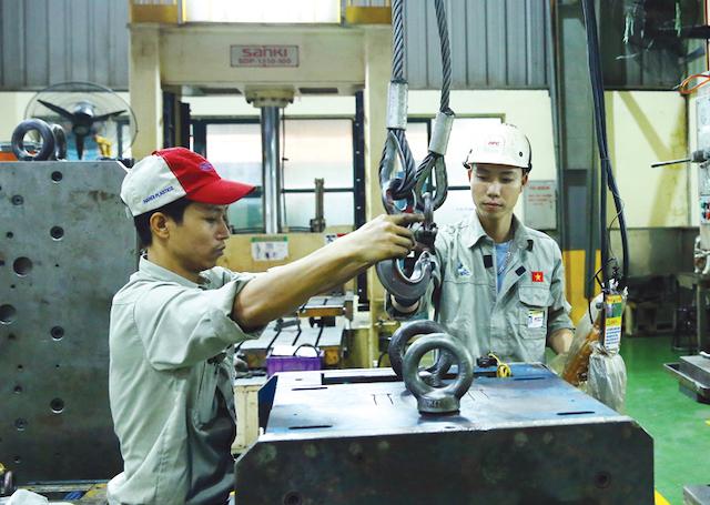 Giải pháp hỗ trợ cần phải được thiết kế cho phù hợp với nhu cầu cụ thể của các doanh nghiệp. Trong ảnh: Nhà máy Nhựa Hà Nội. Ảnh: Đức Thanh.