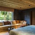 <p> Ngoài ra, phần lớn tường trong nhà các căn villas được hoàn thiện bởi sơn hiệu ứng ánh sáng với những tông màu xanh gốm sứ, màu vàng của cát được tinh chế từ những vật liệu tự nhiên toát lên vẻ sang trọng nhưng vẫn mang đậm nét truyền thống và gần gũi với thiên nhiên.</p>