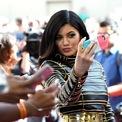 """<p class=""""Normal""""> <strong>1. Kylie Jenner</strong></p> <p class=""""Normal""""> <span>Nguồn thu nhập: Mỹ phẩm</span></p> <p class=""""Normal""""> <span>Số tiền kiếm được một năm qua: 590 triệu USD</span></p> <p class=""""Normal""""> Hồi đầu năm, Kylie Jenner bán lại 51% cổ phần công ty Kylie Cosmetics cho tập đoàn Coty với giá 600 triệu USD, giúp cô bỏ túi 540 triệu USD (trước thuế). Mới đây, <em>Forbes</em> tuyên bố Kylie không phải là tỷ phú vì cho rằng cô đã nói dối về số liệu của công ty cũng như giả mạo tờ khai thuế. Trên Twitter, em út nhà Kardashian phủ nhận việc thổi phồng tình hình tài chính kinh doanh của mình.</p> <p class=""""Normal""""> """"Tôi vướng phải chuyện gì thế này. Tôi cứ nghĩ họ là tạp chí uy tín. Bài viết đó toàn lập luận và suy đoán dối trá. Tôi chưa bao giờ yêu cầu một danh hiệu nào hoặc cố gắng lừa đảo để có nó"""", cô viết. (Ảnh: <em>Getty Images</em>)</p>"""