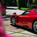 <p> Ferrari Enzo được trang bị động cơ V12 6.0L hút gió tự nhiên, cho công suất 651 mã lực và mô-men xoắn 485 lb-ft (657 Nm), truyền động tới bánh sau thông qua hộp số sàn 6 cấp.</p>