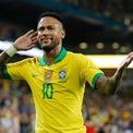 """<p class=""""Normal""""> <strong>7. Neymar</strong></p> <p class=""""Normal""""> Nguồn thu nhập: Thể thao</p> <p class=""""Normal""""> Số tiền kiếm được một năm qua: 95,5 triệu USD</p> <p class=""""Normal""""> Chân sút sinh năm 1992 đang thi đấu cho đội bóng Paris Saint-Germain trong một bản hợp đồng 5 năm kết thúc vào tháng 6/2022. (Ảnh: <em>Michael Reaves/Getty Images</em>)</p>"""