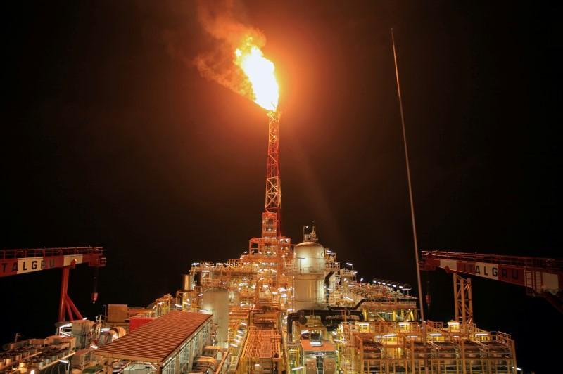 Giá dầu tăng, chờ quyết sách sản lượng từ OPEC+