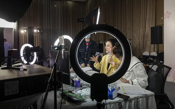 Chân dung 'Nữ hoàng livestream', người bán từ tăm bông tới tên lửa, mỗi ngày thu về hàng triệu USD