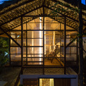 <p> Những thanh gỗ được tái sử dụng và lá cây được dùng làm khung chính và mái che của túp lều. Các tấm polycarbonate bao phủ các không gian ngủ.</p>