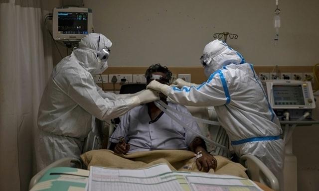 Nhân viên y tế chăm sóc bệnh nhân nhiễm nCoV tại một bệnh viện ở thủ đô New Delhi, Ấn Độ, ngày 28/5. Ảnh: Reuters.