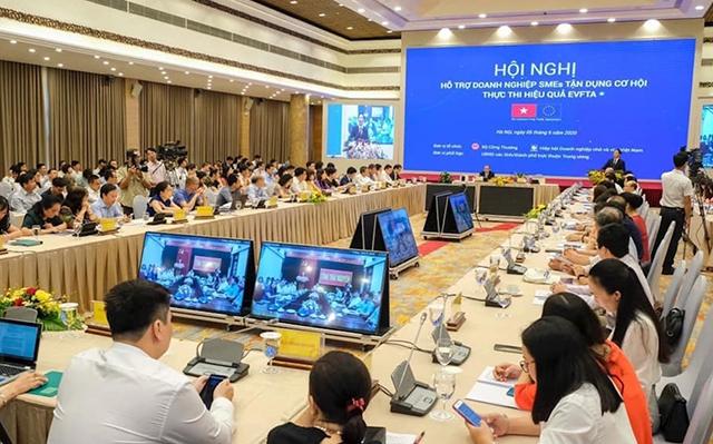 Các doanh nghiệp vừa và nhỏ tham dự hội nghị trực tuyến tại đầu cầu Hà Nội. Ảnh: Anh Minh.